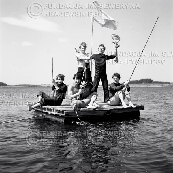 # 55 - Czerwone Gitary 1966r. (Na tratwie)Od lewej   Seweryn Krajewski, Krzysztof Klenczon, Jerzy Skrzypczyk, Bernard Dornowski, Jerzy Kossela