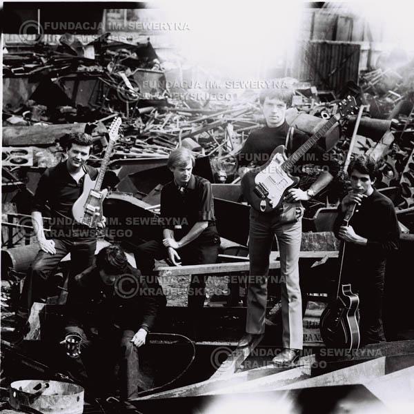 # 560 - 1966r. 'Czerwone Gitary', Łódź. Zdjęcie z sesji do okładki pierwszego longpleya 'Czerwonych Gitar' pod tytułem  'To Właśnie My'.