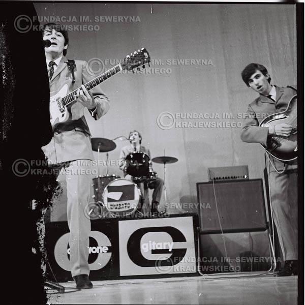 # 563 - Koncert 'Czerwonych Gitar' 1966r. w Elblągu. Od lewej: Krzysztof Klenczon, Jerzy Skrzypczyk, Seweryn Krajewski