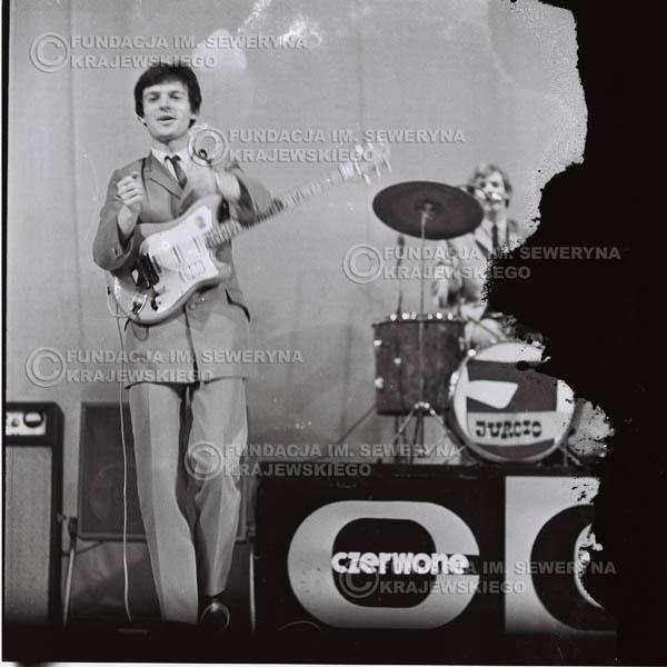 # 576 - Koncert Czerwonych Gitar 1966r. w Elblągu.Na pierwszym planie Jerzy Kosela.