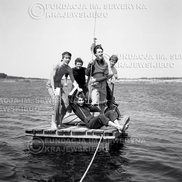 # 64 - Czerwone Gitary 1966r. (Na tratwie)Od lewej Krzysztof Klenczon, Bernard Dornowski,  Seweryn Krajewski,  Jerzy Kossela, Jerzy Skrzypczyk