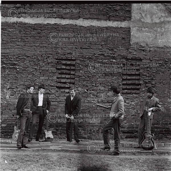# 651 - 1966r. Czerwone Gitary, Łódź.  Zdjęcie z sesji do okładki pierwszego longpleya Czerwonych Gitar pod tytułem:  'To Wlaśnie My'.