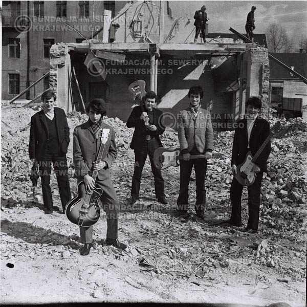 # 659 - 1966r. Czerwone Gitary, Łódź.  Zdjęcie z sesji do okładki pierwszego longpleya Czerwonych Gitar pod tytułem:  'To Wlaśnie My'.
