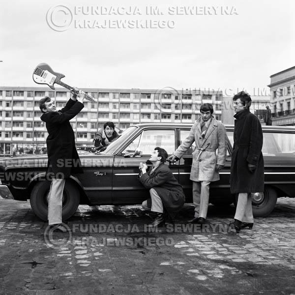 # 68 - Czerwone Gitary Warszawa Plac Treatralny 1965r. Od lewej Jerzy Skrzypczyk, Krzysztof Klenczon,  Bernard Dornowski,  Henryk Zomerski, Jerzy Kossela