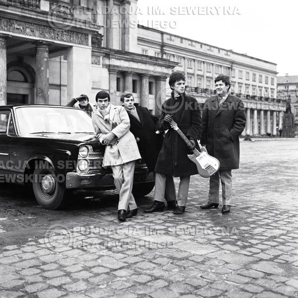 # 75 - Czerwone Gitary Przy Teatrze Wielki 1965r. Od lewej  Krzysztof Klenczon,   Henryk Zomerski, Jerzy Skrzypczyk, Jerzy Kossela, Bernard Dornowski