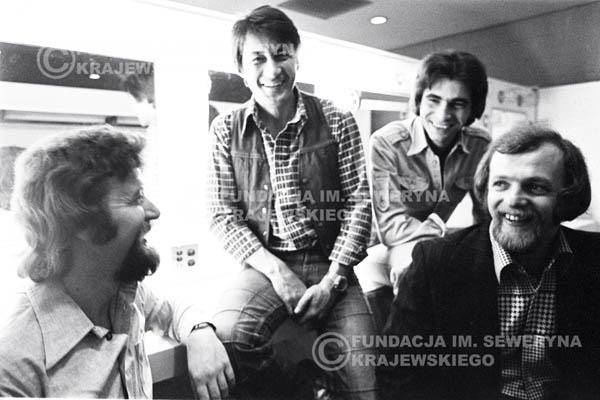 # 81 - W garderobie po występie zespołu Czerwone Gitary w McCormick Hall 1979 Chicago. Bernard Dornowski, Krzysztof Klenczon, Seweryn Krajewski, Jerzy Skrzypczyk